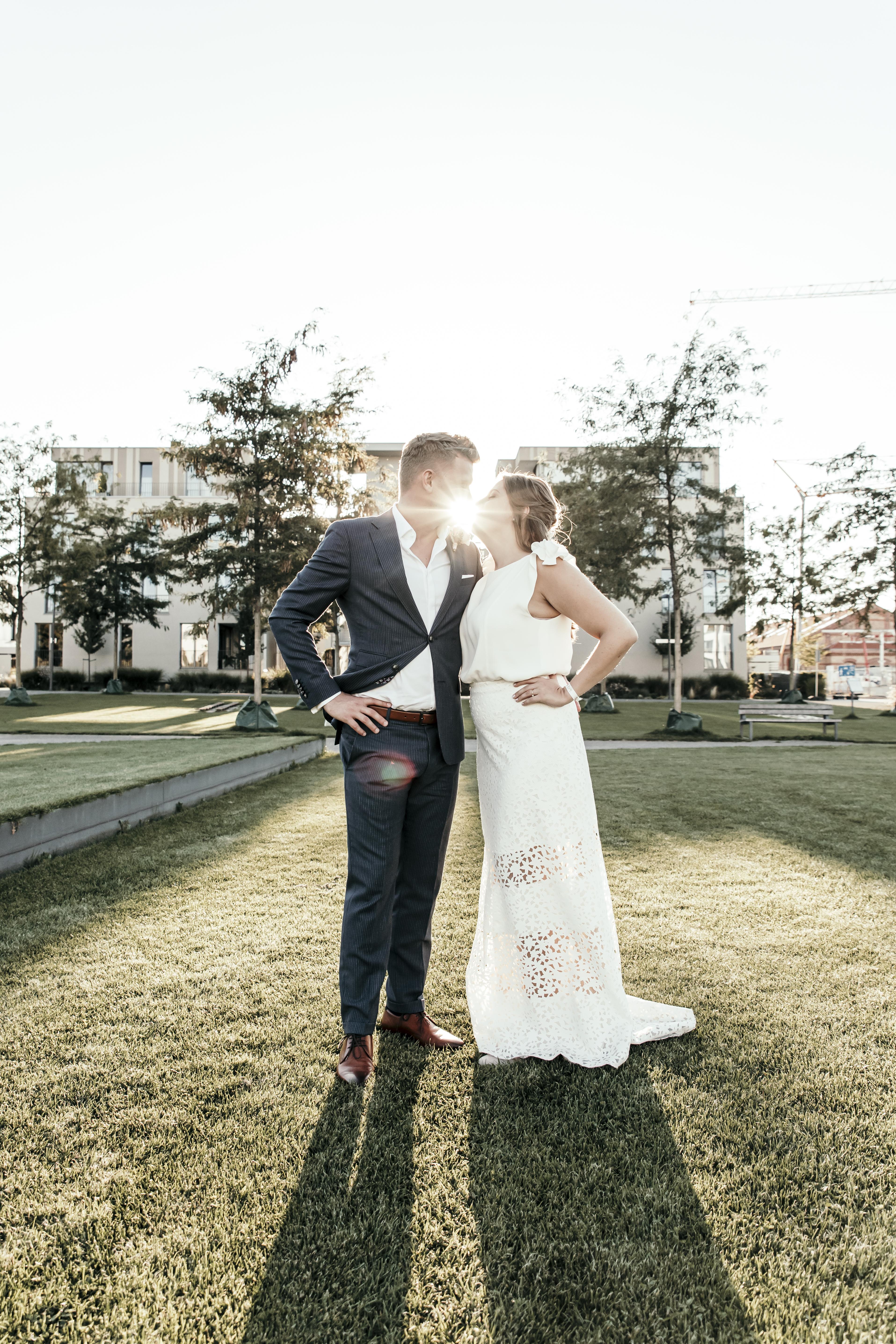 Hochzeitspaar in der Sonne